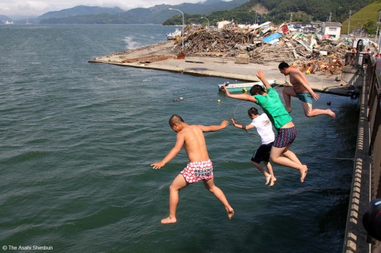 'Jumping into the sea' © Asahi Shimbun