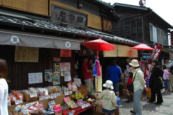 Small lane of tiny candy shops in Kawagoe © Y.Shimizu/© JNTO