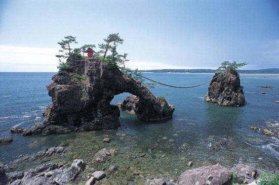 Hatagoiwa Rocks ©JNTO