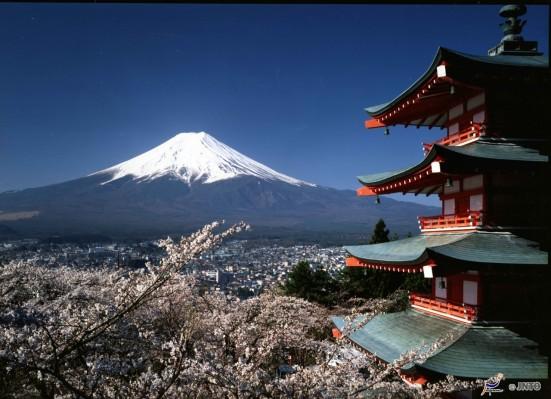 Mt. Fuji & Chureito Peace Pagoda (Sengen Park) ©Fujiyoshida City/© JNTO