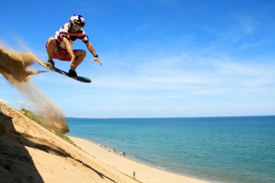Sandboarding ©Tottori Prefecture/©JNTO
